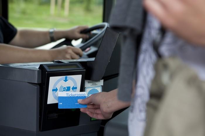 Elektronische Ticketkontrolle beim Einstieg in einen Bus