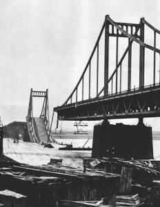 """""""Destroyed Krefeld-Uerdinger Rheinbruecke 1945"""" von U.S. Military - U.S. Navy All Hands magazine August 1987, p. 30.. Lizenziert unter Gemeinfrei über Wikimedia Commons"""